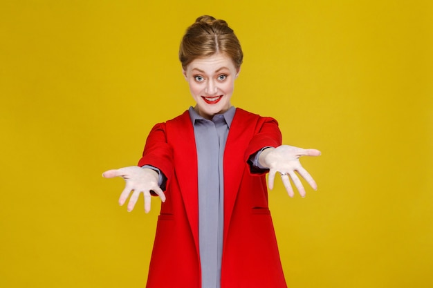 Szczęście kobieta w czerwonym garniturze toothy uśmiech i pokazując ręce