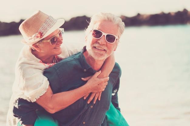 Szczęście para kaukaskich ludzi cieszy się i uśmiecha podczas wypoczynku na świeżym powietrzu w okresie letnim