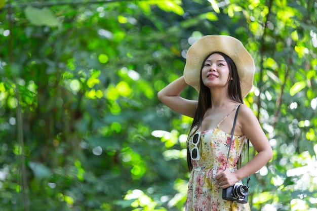 Szczęście piękna azjatykcia kobieta w parku