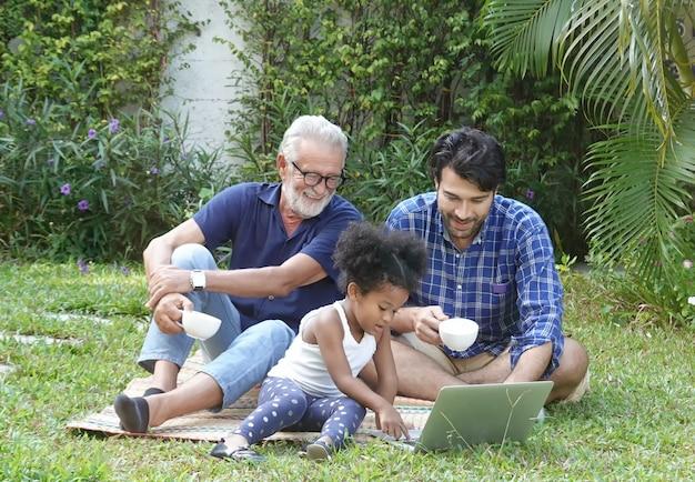 Szczęście różnorodności rodzin mieszanych ras