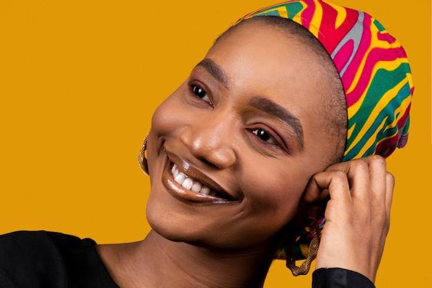 Szczęśliwa afrykańska kobieta ubrana w tradycyjne akcesoria