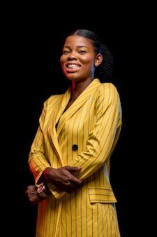 Szczęśliwa afrykańska kobieta w żółtej kurtce