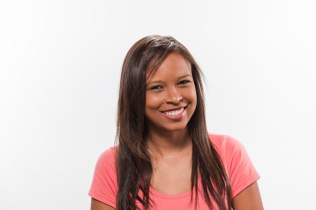Szczęśliwa afrykańska nastoletnia dziewczyna patrzeje kamerę