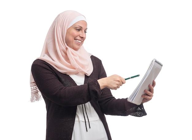 Szczęśliwa arabska muzułmańska bizneswoman znalazła rozwiązanie ubrane w tradycyjne stroje islamskie