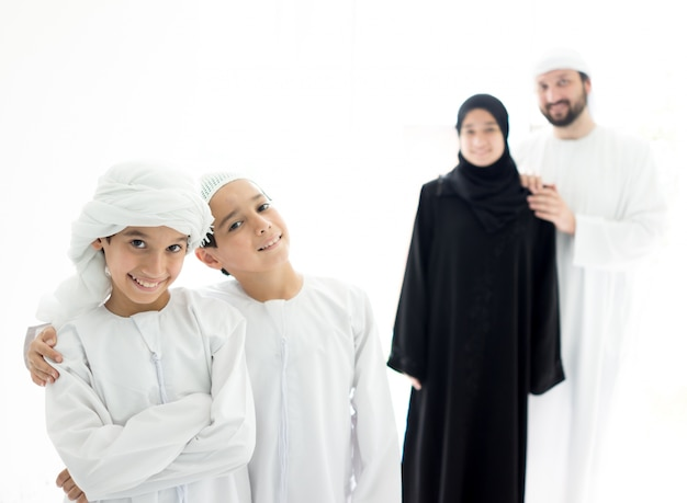 Szczęśliwa arabska rodzina ma zabawa czasu pozycję w linii w domu