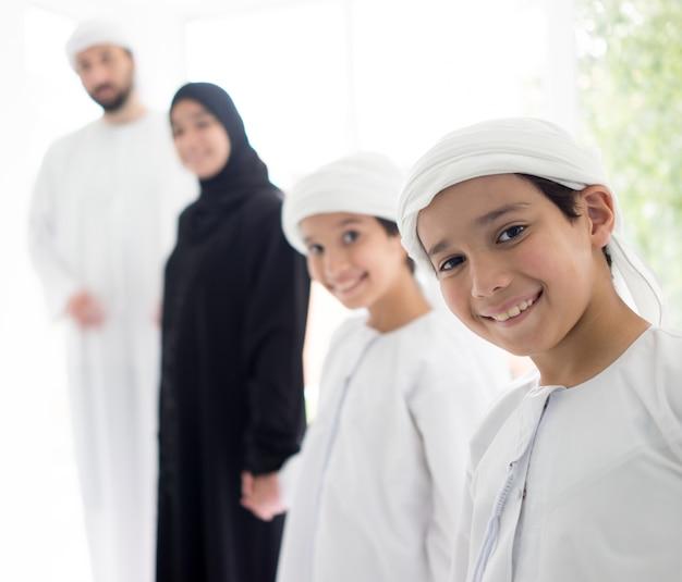 Szczęśliwa arabska rodzina ma zabawę w domu