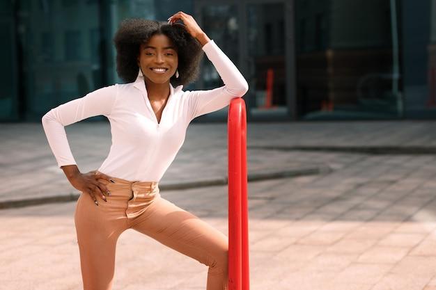Szczęśliwa atrakcyjna czarna kobieta uśmiecha się