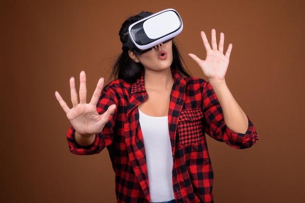Szczęśliwa azjatka używa okularów vr do gry w wirtualnej rzeczywistości