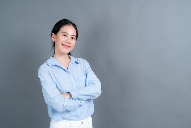 Szczęśliwa azjatka ze szczęśliwą twarzą w niebieskiej koszuli