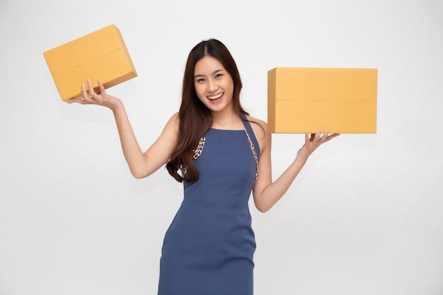 Szczęśliwa azjatycka kobieta gospodarstwa paczkę pudełko.