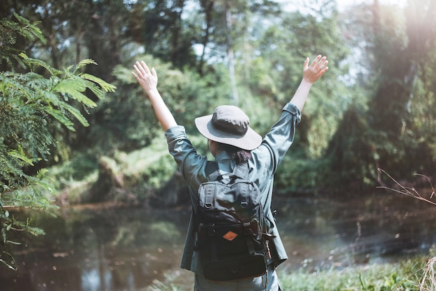 Szczęśliwa azjatycka kobieta podróżująca w lesie letnie wakacje na świeżym powietrzu