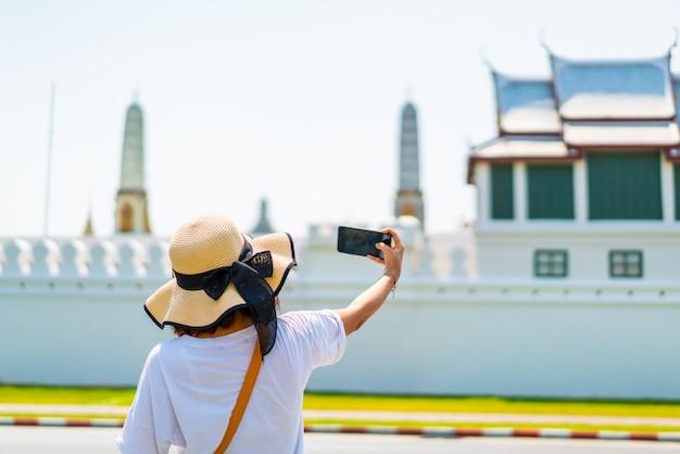 Szczęśliwa azjatycka kobiety podróż w tajlandia