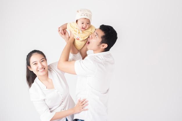 Szczęśliwa azjatycka rodzina cieszy się z synem w studio