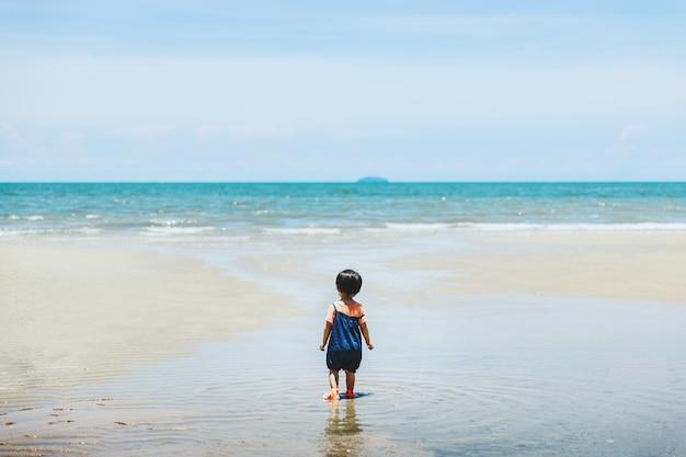 Szczęśliwa azjatycka rodzina dziewczynka relaks i zwiedzanie na plaży w dzień w tajlandii, koncepcja wakacji letnich podróży