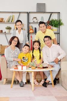 Szczęśliwa azjatycka rodzina zebrała się w domu, aby świętować chiński nowy rok w udekorowanej imprezie