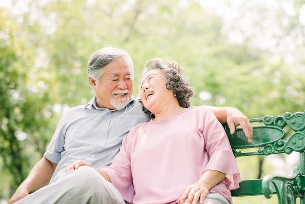 Szczęśliwa azjatycka starsza para śmia się