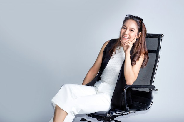 Szczęśliwa azjatykcia biznesowa dama z mądrze modą