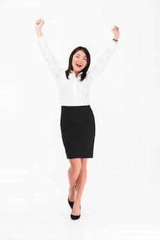 Szczęśliwa azjatykcia bizneswoman pozycja