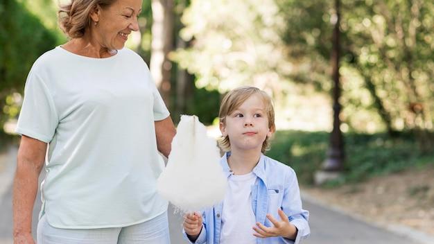 Szczęśliwa babcia i dziecko z watą cukrową