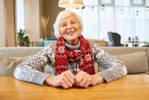 Szczęśliwa babcia na sobie świąteczny szalik