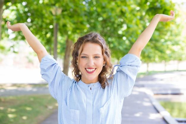Szczęśliwa beztroska dziewczyna świętuje sukces