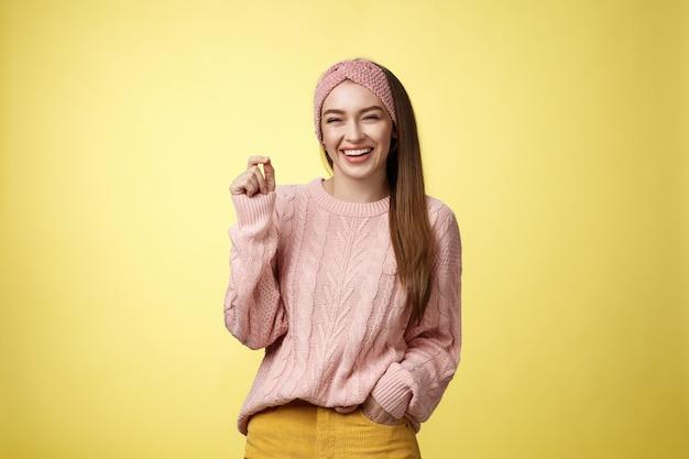 Szczęśliwa beztroska przyjemna urocza młoda europejska dziewczyna śmiejąca się radośnie uśmiechnięta dobrze się bawią...
