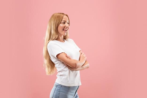 Szczęśliwa biznesowa kobieta stoi i ono uśmiecha się