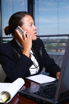 Szczęśliwa biznesowa kobieta w biurze