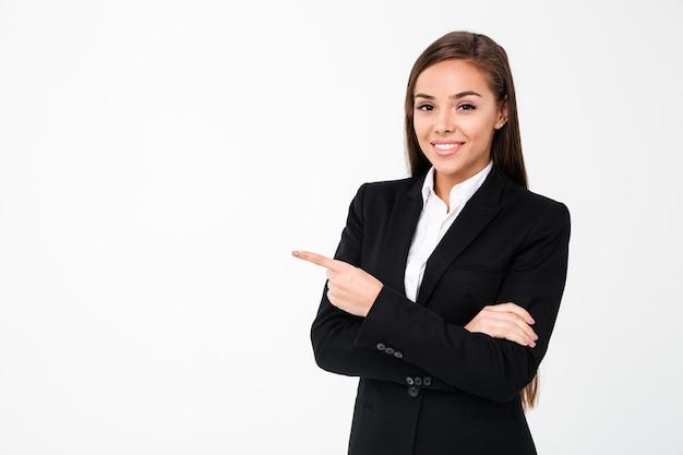 Szczęśliwa biznesowa kobieta wskazuje copyspace.