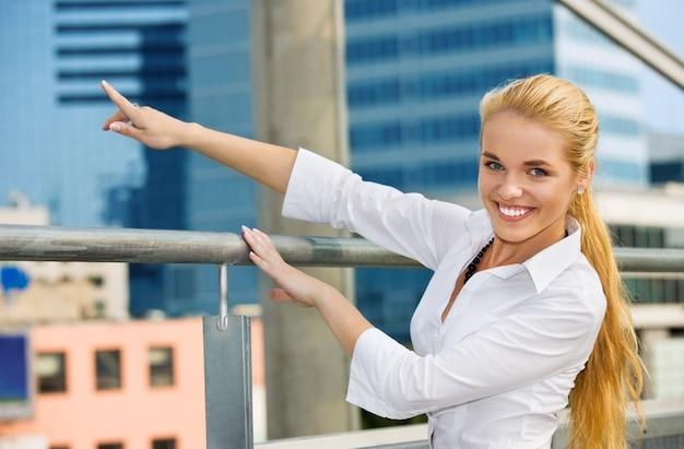 Szczęśliwa bizneswoman przed placem budowy