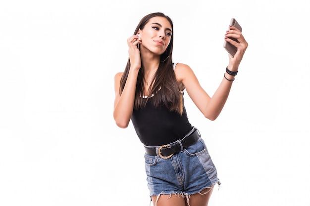 Szczęśliwa brunetki kobieta słucha muzykę odizolowywającą