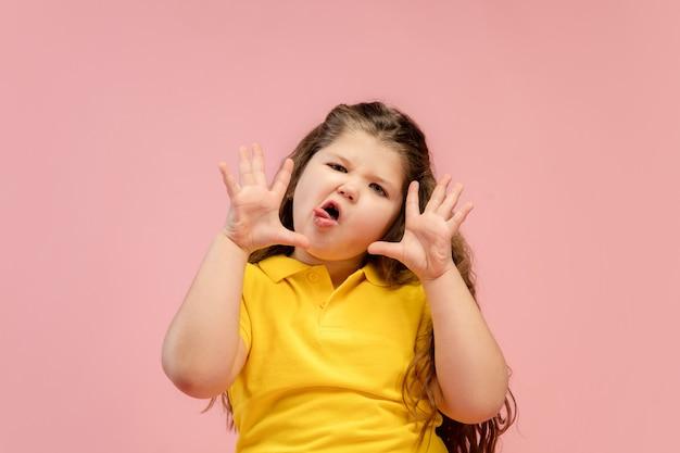 Szczęśliwa, buźka mała dziewczynka kaukaski na białym tle na tle z copyspace