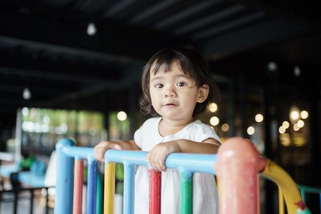 Szczęśliwa buźka malucha na placu zabaw