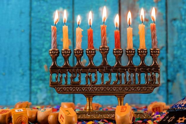 Szczęśliwa chanuka żydowskiego święta chanuka z menorą