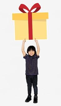 Szczęśliwa chłopiec trzyma prezenta pudełko
