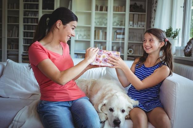 Szczęśliwa córka daje niespodzianka prezentowi matka