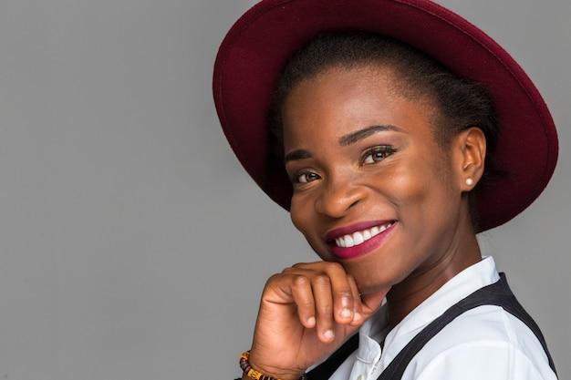 Szczęśliwa czarna kobieta uśmiecha się