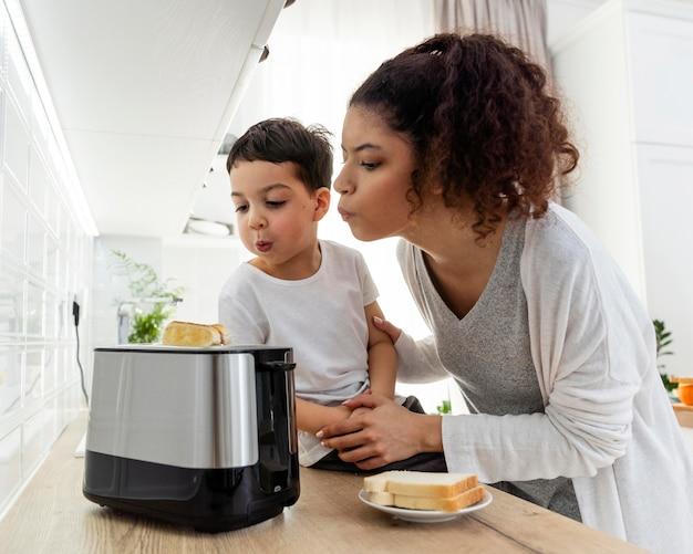 Szczęśliwa czarna rodzina sprawdza toast