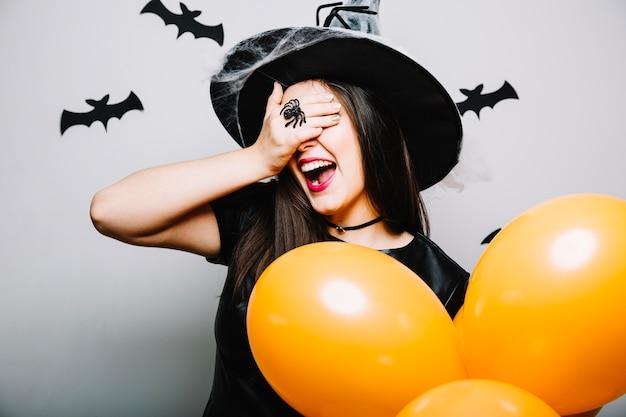 Szczęśliwa czarownica zamyka oczy
