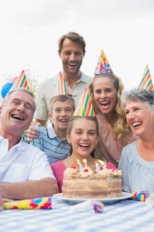 Szczęśliwa dalsza rodzina świętuje urodziny