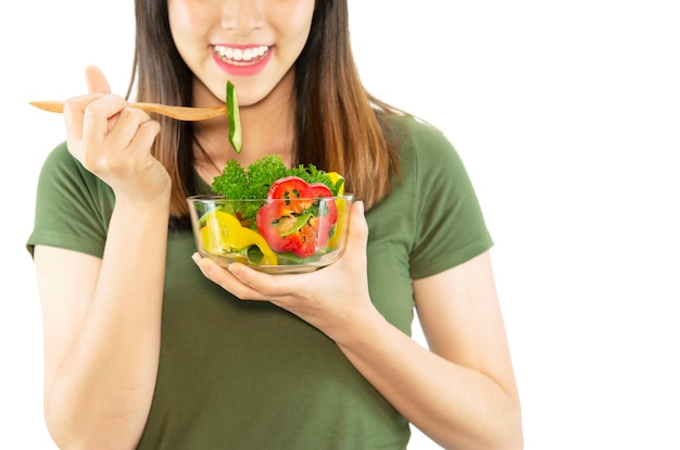 Szczęśliwa dama lubi jeść sałatkę warzywną