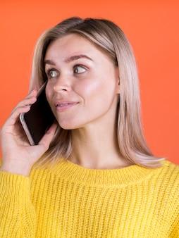 Szczęśliwa dama rozmawia przez telefon