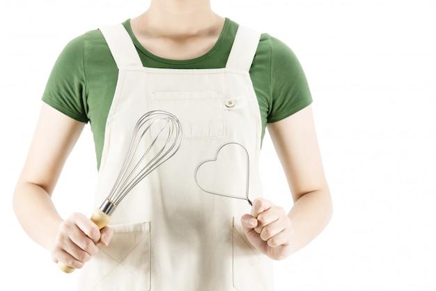 Szczęśliwa dama trzyma kuchennego materiał nad kopii przestrzeni tłem