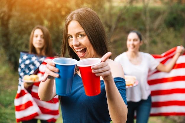 Szczęśliwa dama z napojami