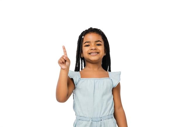 Szczęśliwa długowłosa brunetka dziewczynka na białym tle na białym tle z lato