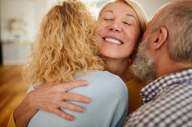 Szczęśliwa dojrzała kobieta obejmuje przyjaciół