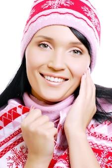 Szczęśliwa dorosła kobieta w czapce zimowej