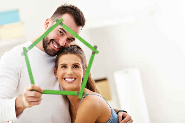 Szczęśliwa dorosła para wyprowadza się lub wprowadza do nowego domu