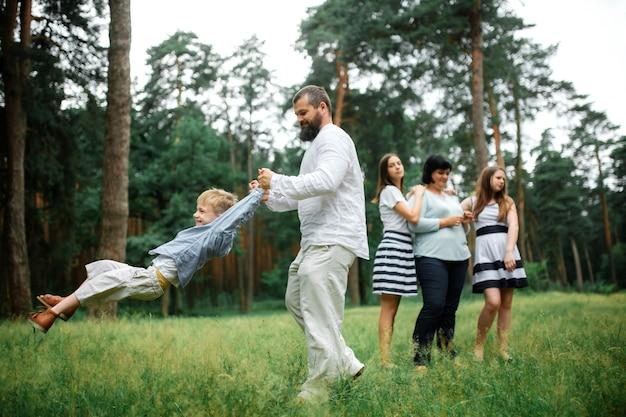 Szczęśliwa duża rodzina razem matka, ojciec, dzieci, zabawy