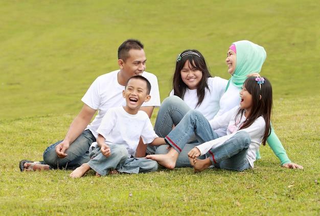 Szczęśliwa duża rodzina w parku
